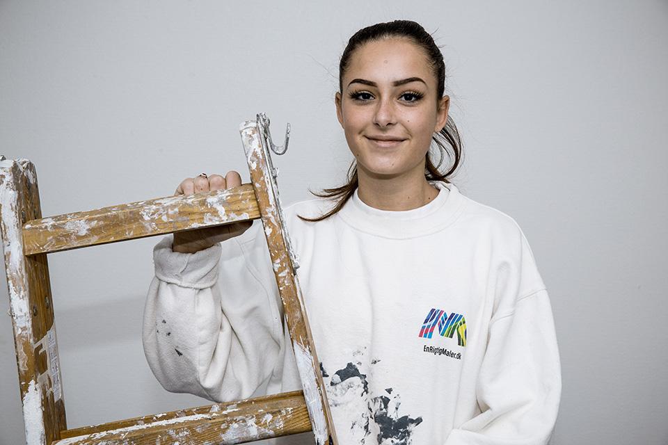Ansat 01.07.2020. Datter af malermester Jonas Brage. Har hjulpet sin far med maleropgaver inden opstart af uddannelsen og har derfor allerede et godt håndelag for håndværket.